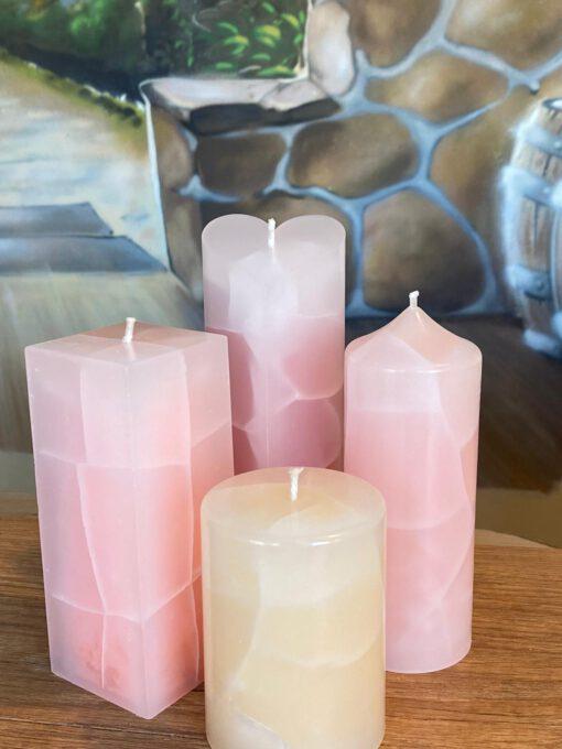Wachsflecken Neumünster - Kerzen mit farbigem Kern und einen transparenten Mantel der gebrochen ist.